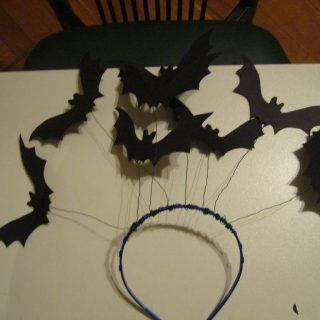 Украшение на Хэллоуин: Обруч с летучими мышами из картона своими руками