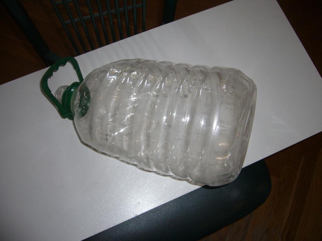 Берем 5-литровую пластиковую бутылку