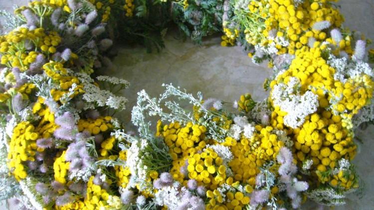 Декоративный венок из полевых цветов: Фото