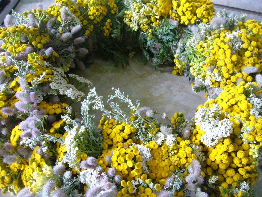 Декоративный венок из полевых цветов