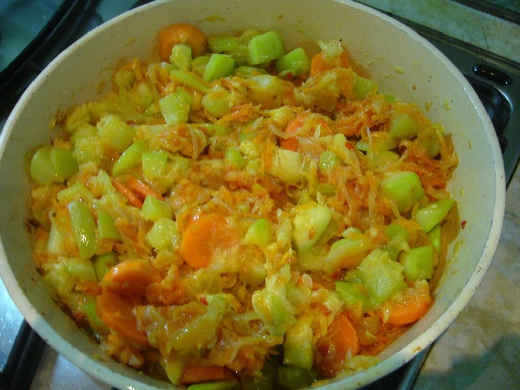 Обжариваем кабачки с луком и морковью