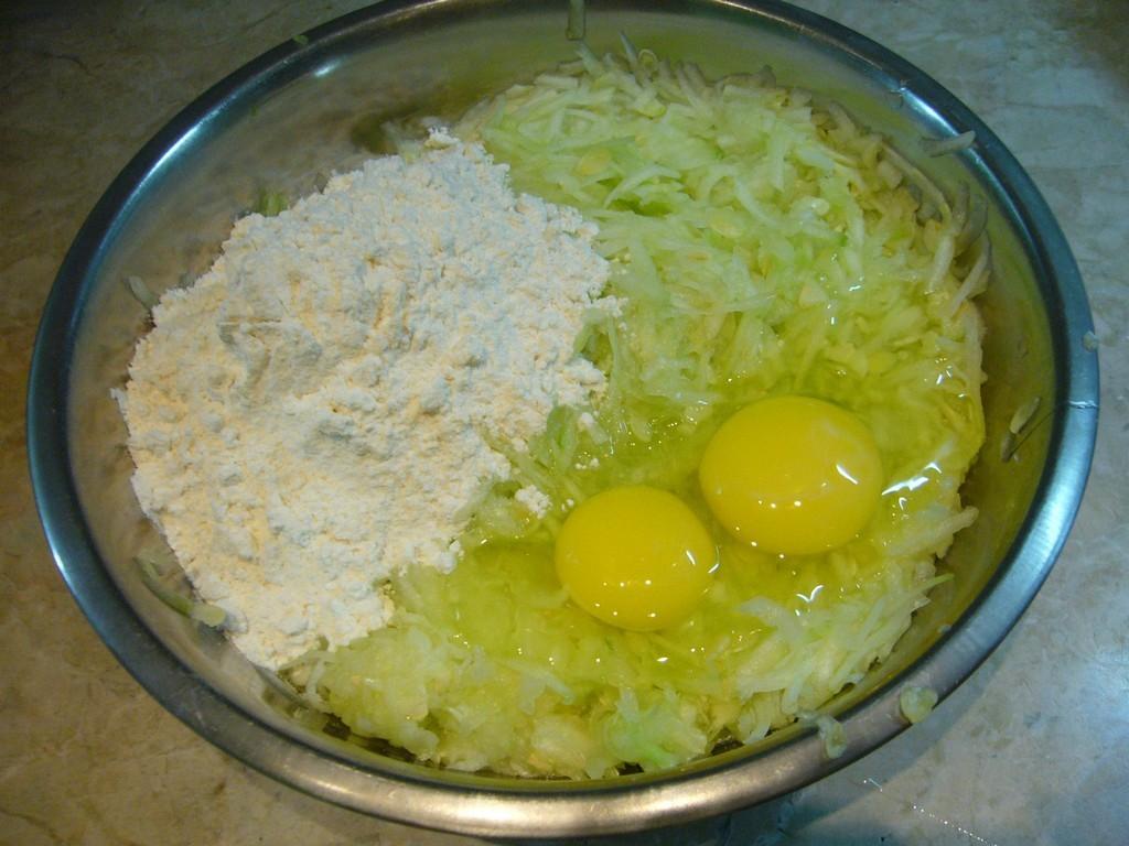 Добавляем яйца и муку в тертые кабачки