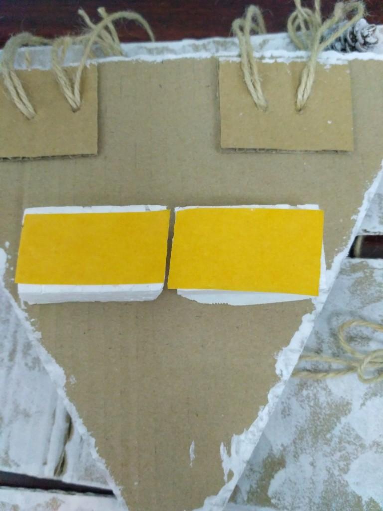 Приклеиваем кусочки пенопласта на двухсторонний скотч