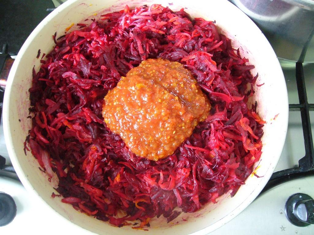 Добавляем специи и томатный соус
