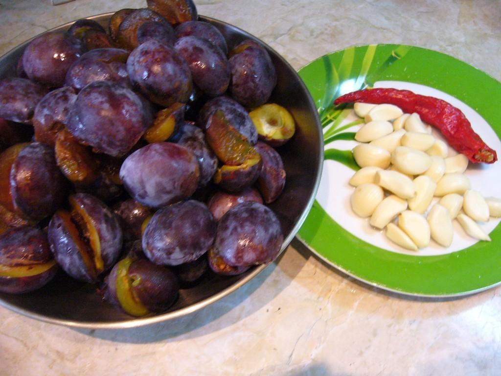 Сливы, чеснок и перец