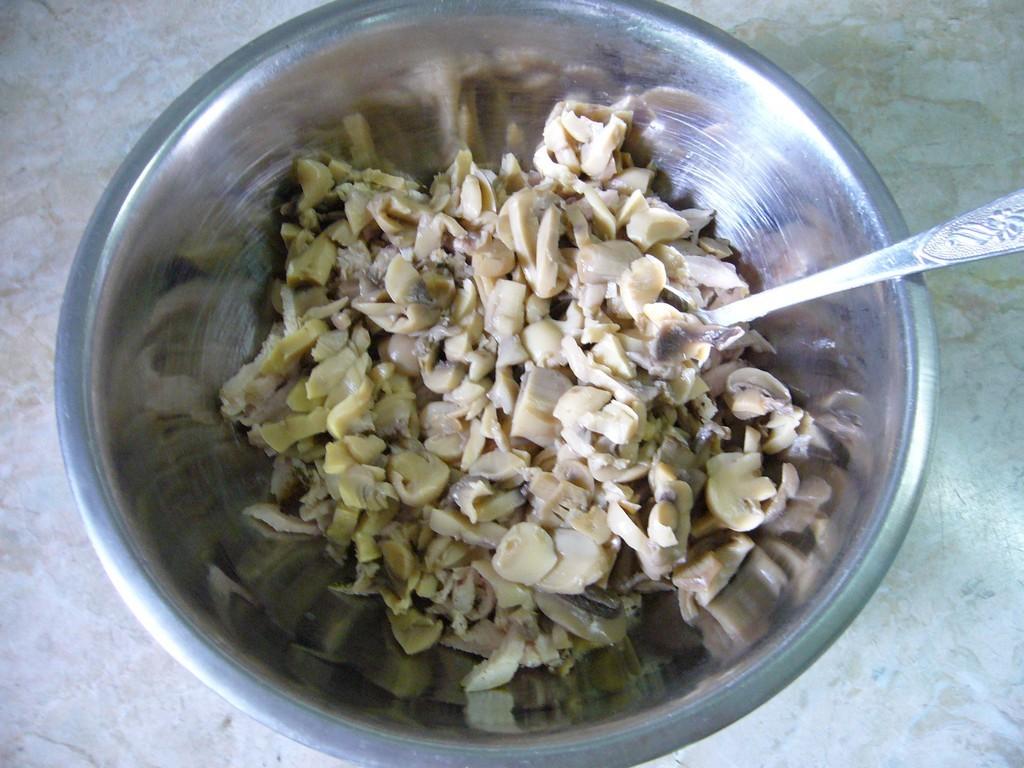 Добавляем грибы к грудке и анананасам