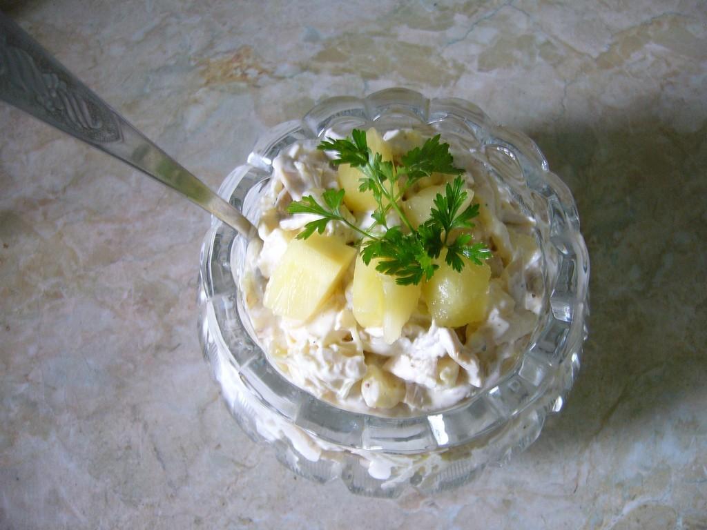 Салат с ананасами готов!
